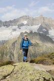 El caminante camina con un paisaje alpino impresionante en las montañas Fotos de archivo libres de regalías
