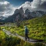 El caminante de la mujer camina en el rastro imagen de archivo libre de regalías