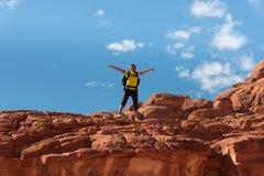El caminante de la mujer con la mochila disfruta de la visión en desierto fotografía de archivo