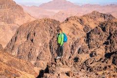 El caminante de la mujer con la mochila disfruta de la visi?n en desierto fotos de archivo