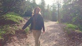 El caminante de la mujer que camina alrededor del lago Braies y disfruta de sus paisajes espectaculares, dolomías, Italia