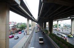 El caminante del cielo sobre la estación de autobúses de Bangkok Tailandia Fotos de archivo