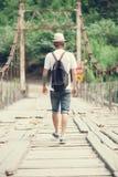 El caminante está cruzando el puente de madera en Georgia Fotografía de archivo