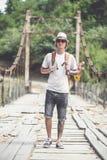 El caminante está cruzando el puente de madera en Georgia Imagenes de archivo