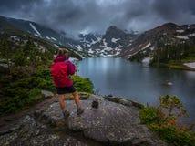 El caminante mira el lago Isabelle Brainard Lake Recreation Area Fotos de archivo