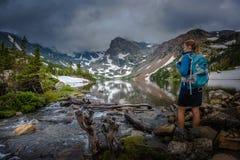 El caminante mira el lago Isabelle Brainard Lake Recreation Area Foto de archivo libre de regalías