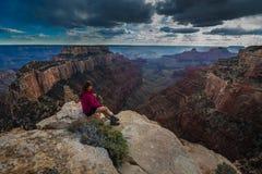 El caminante que mira abajo del cabo real pasa por alto Grand Canyon Rim Wo del norte Fotografía de archivo