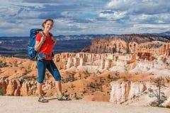 El caminante visita el parque nacional del barranco de Bryce en Utah, los E.E.U.U. imagen de archivo libre de regalías
