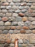 El caminar abajo de la calle de piedra en la ciudad Foto de archivo