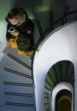 El caminar abajo de la escalera espiral Fotografía de archivo