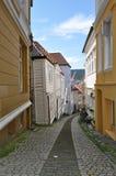 El caminar abajo de las calles de Bergen Fotografía de archivo libre de regalías