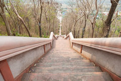 El caminar abajo de las escaleras Imagenes de archivo