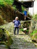 El caminar abajo de las escaleras Foto de archivo