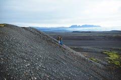 El caminar abajo de pares en Islandia Fotografía de archivo