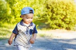 El caminar abajo del muchacho de la calle Imagen de archivo libre de regalías