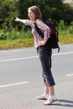 El caminar adolescente del tirón de la muchacha Foto de archivo libre de regalías