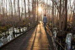 El caminar adolescente en el amanecer imagenes de archivo