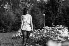 El caminar adolescente en el parque Imagen de archivo