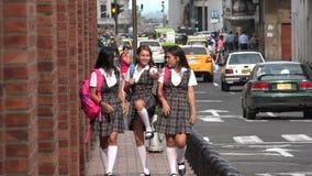 El caminar adolescente femenino de los estudiantes de la diversión Fotografía de archivo