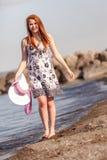 El caminar adolescente joven en la playa Imagenes de archivo