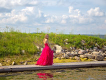 El caminar adolescente a lo largo del vestido de la graduación del paseo marítimo foto de archivo libre de regalías