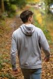 El caminar adulto joven afuera Fotos de archivo