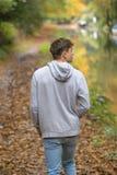 El caminar adulto joven afuera Fotografía de archivo