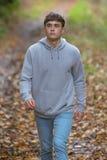 El caminar adulto joven afuera Foto de archivo libre de regalías