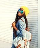 El caminar africano bastante joven de la mujer de la moda Fotos de archivo libres de regalías
