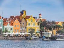 El caminar alrededor de las opiniones de Curaçao del centro de ciudad de Otrobanda Imagen de archivo libre de regalías