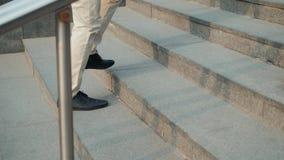 El caminar arriba: opinión del primer del paseo del funcionamiento de las escaleras del negocio de los zapatos de cuero del ` s d almacen de video