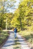 El caminar atractivo del hombre joven imagen de archivo