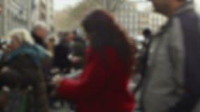 El caminar borroso de los peatones almacen de video