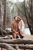 El caminar cariñoso feliz joven de los pares al aire libre en otoño Imagen de archivo libre de regalías