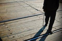 El caminar cerca con las muletas Imagen de archivo libre de regalías