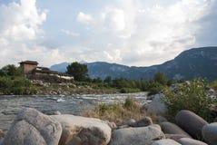 El caminar cerca del río Fotos de archivo libres de regalías