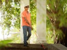 El caminar ciego del hombre y pasos descendentes en parque de la ciudad Foto de archivo
