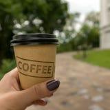 El caminar con café Foto de archivo
