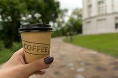 El caminar con café Imágenes de archivo libres de regalías