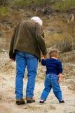 El caminar con el abuelo Fotos de archivo
