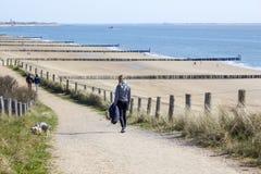 El caminar con el perro en las dunas Imagenes de archivo