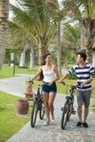 El caminar con las bicicletas Fotografía de archivo