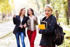 El caminar con las novias en escuela Foto de archivo libre de regalías