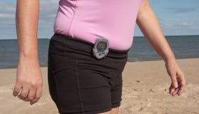 El caminar con un podómetro en la playa Foto de archivo
