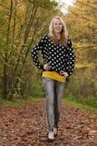 El caminar con una moda adolescente Imagen de archivo