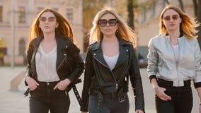 El caminar confiado de las señoras de la forma de vida potente de las mujeres almacen de video