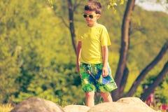 El caminar de funcionamiento del muchacho al aire libre Imagen de archivo