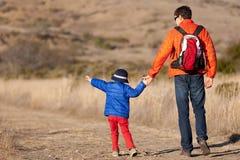El caminar de la familia Foto de archivo libre de regalías