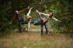 El caminar de la familia de cuatro miembros Fotografía de archivo