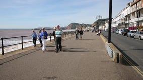 El caminar de la gente de Devon de la orilla del mar de la 'promenade' de Sidmouth metrajes